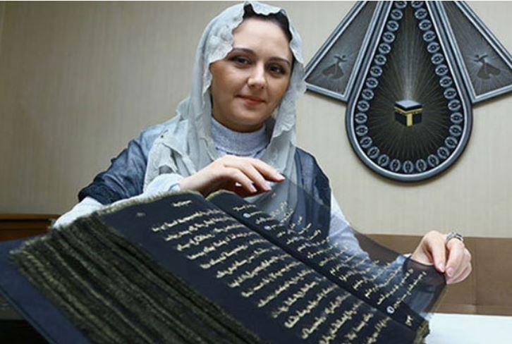 স্বর্ণের অক্ষরে কুরআন লিখে ইতিহাস গড়েন আজারবাইজানের এক নারী শিল্পী